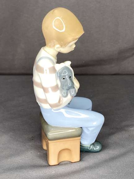Lladro NAO Friend in Need porcelain figurine