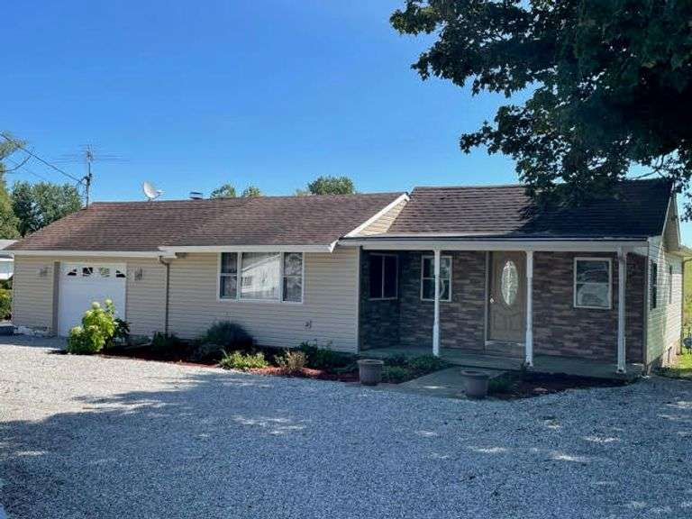 RANCH HOME WITH 3 BEDROOMS, 3 BATHS & POLE BARN! PIERCETON, IN
