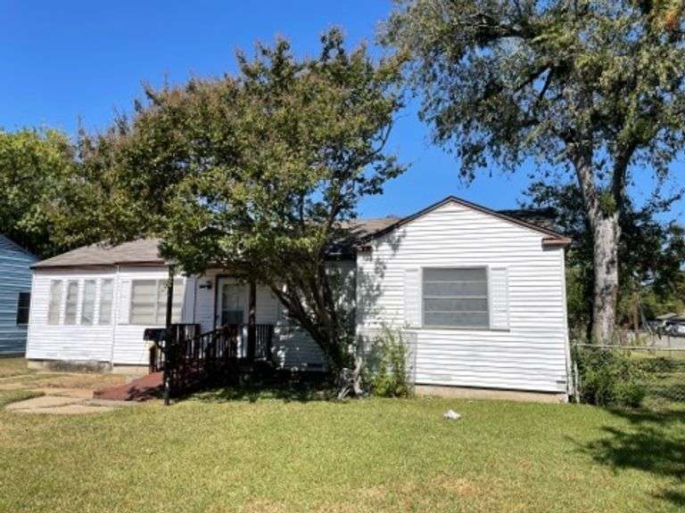 PENDING 1805 Piedmont-Irving, TX House Up for Bids